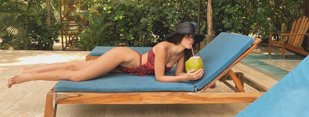 A vueltas con la falta de kilos en la anatomía de Paulina Vega Dieppa y su minúsculo bikini.
