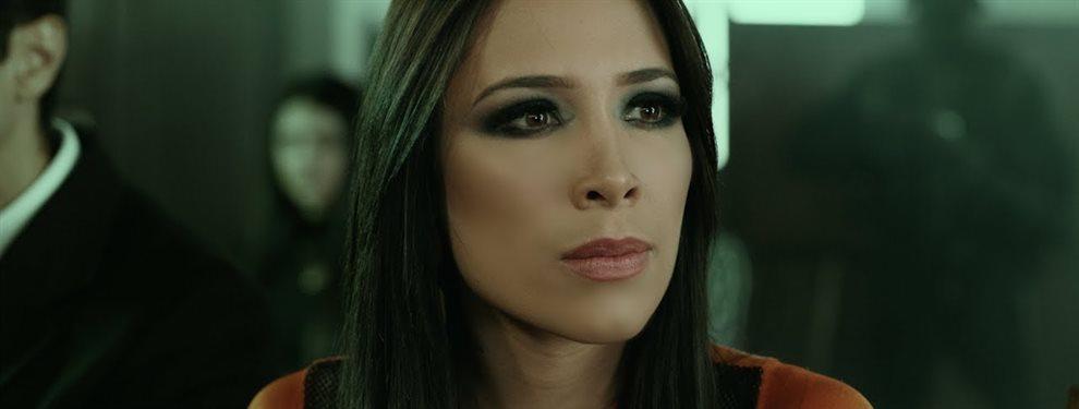 Como toda una reina de Egipto se muestra Luisa Fernanda W en esta imagen en una bañera.