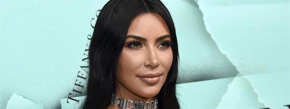 En esta ocasión el viento hace de las suyas con la falda de Kim Kardashian. Definitivamente los artistas tienen su momento incómodo.