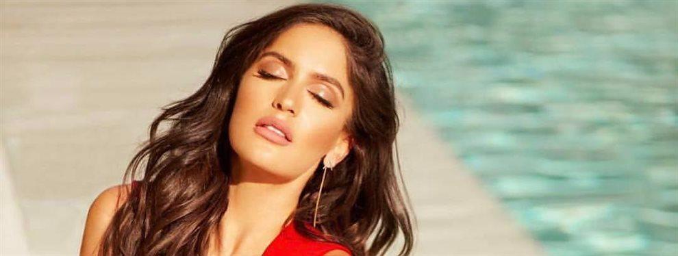 La modelo nos deja con la boca abierta mientras sube las escaleras con un movimiento de cadera de lo más sensual.