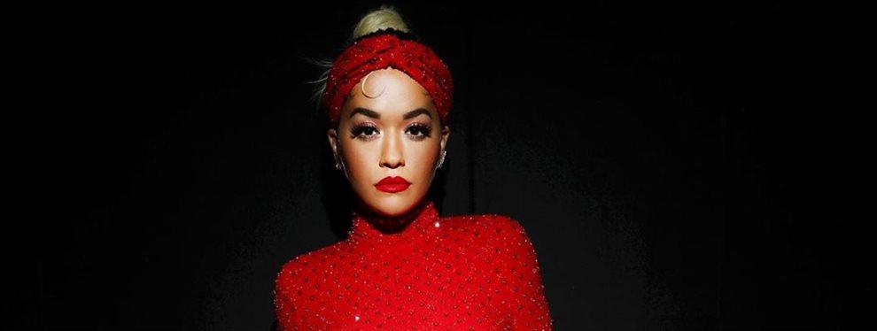 Rita Ora hace de modelo de oro para una firma alemana con un top muy escotado propio de su estilo.