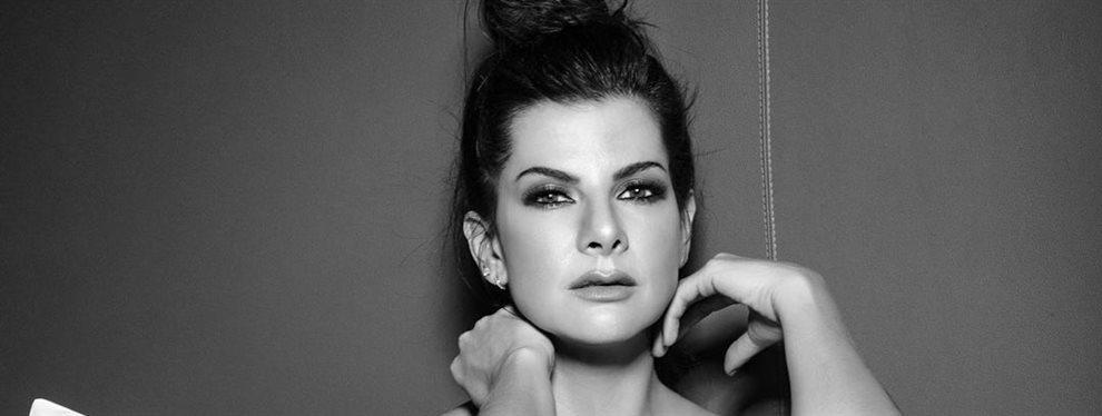 La modelo y empresaria Carolina Cruz Osorio posa en el decorado de moda, en la cama y tapándose solamente con una sábana, lo del dedo en la boca es de nota