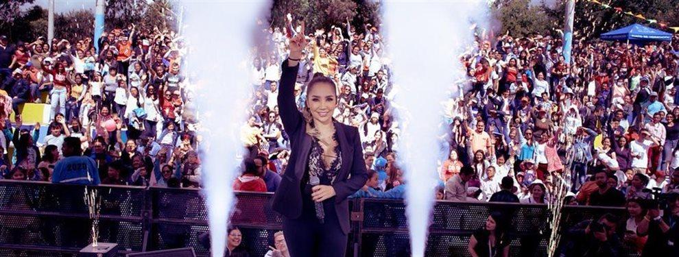 La cantante de género popular Paola Jara se sube a los escenarios con las prendas más ajustadas que dejan a la vista de todos las curvas de la cantante