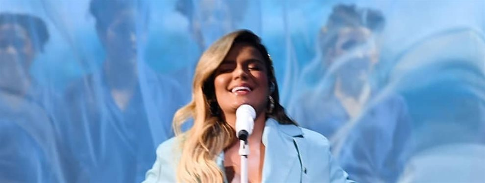 La cantante de género urbano Karol G ha pasado de los bañadores a los bodies, y antes de salir al escenario se pone uno que deja evidencia su retaguardia.