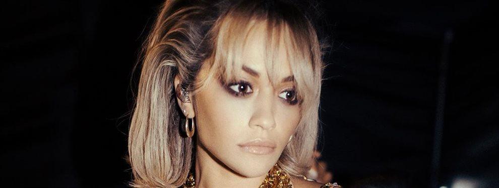 La cantante Rita Ora vuelve a aparecer sin ropa debajo de la ropa con la clara intención de marcar esta tendencia como moda futura para las no famosas.