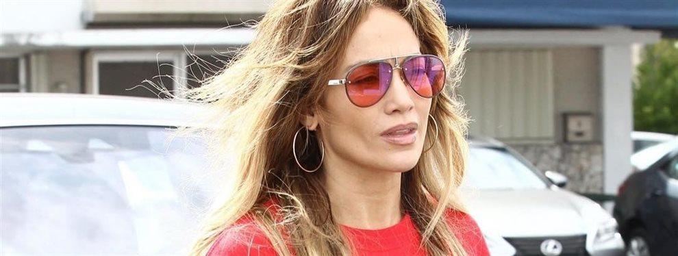 ¡Increíble despiste de la reina del Bronx! ¡Jennifer López tiene la bata puesta, no cruza lo bastante las piernas y se le ve: ¡Es gordo y brillante!