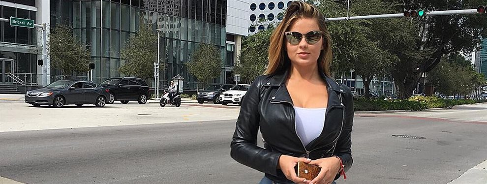 Anastasiya Kvitko vuelve a exprimirse el cerebro para dejarnos boquiabiertos con su look, una vestido de lo más mini que no le tapa la retaguardia al andar