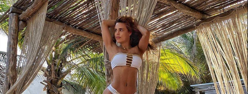 La modelo Sara Corrales sigue de relax por las playas de Tulum y en uno de sus posados le han pillado de piernas abiertas y con una cuerda entre ellas.