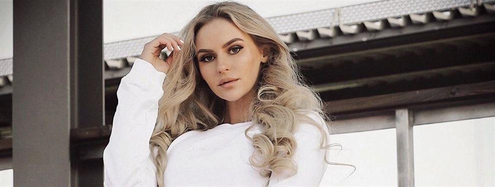 La modelo sueca Anna Nystrom se mata a hacer ejercicio en el gimnasio, pero no parece costarle, disfruta haciéndolo y su recompensa en retaguardia tiene.