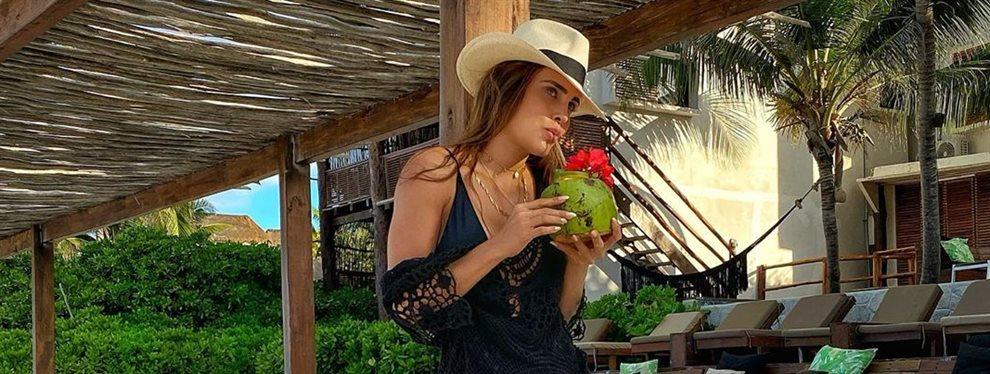 La modelo Sara Corrales aun estando de vacaciones se ha quitado por un momento los bikinis y se ha puesto un vestido que deja a la vista sus enormes brazos