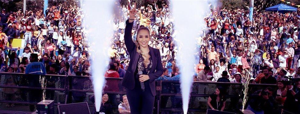 Se ha descubierto que Paola Jara y Jessí Uribe sí que están juntos, y para pasar el trago la cantante se ha ido al gimansio, donde graba tamaño y volumen.
