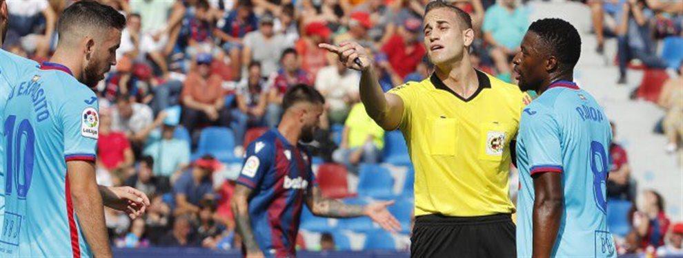 El Fútbol Club Barcelona está indignado. No quiere ni oír hablar de los arbítros. Ellos saben que no es el mejor momento para ello. Pero las quejas hablan
