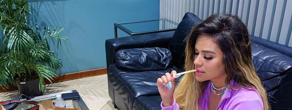Karol G ha publicado un vídeo en el que la cantante enseña un anillo con un pedrusco de gran tamaño, posiblemente esté anunciando su boda con Anuel así