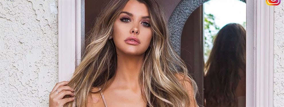 Impactante, radiante y muy seductora luce en esta publicación la modelo Emily Sears.