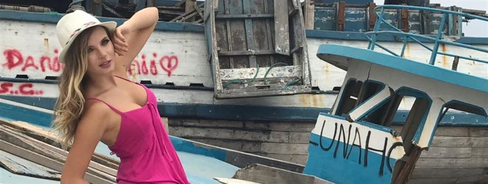 La modelo Elizabeth Loaiza se ha ido a tomar algo a un bar con un look demasiado sofisticado para el sitio en el que se la ve pero que le queda de miedo