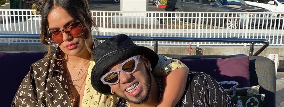 El cantante Anuel AA no subió al escenario en el tiempo medio de la Super Bowl pero sí acudió a la fiesta de después junto a J Balvin con mucho oro encima
