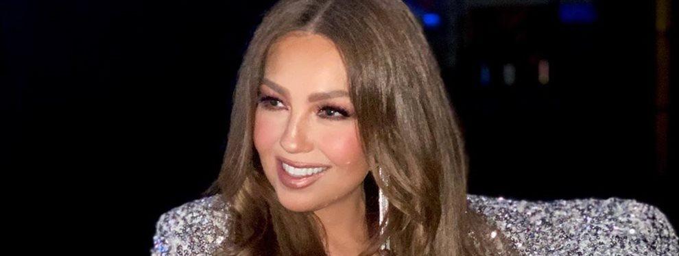 La cantante Thalía se ha ido a probar unas sandalias con un vestido de su colección que se ha abierto al ir a abrochárselas dejando que se vean sus piernas