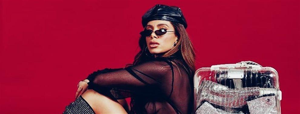 La cantante Anitta se ríe del vestido que ha escogido, tiene un adorno tan grande que parece un lazo de regalo, está dispuesta a convertirse en presente