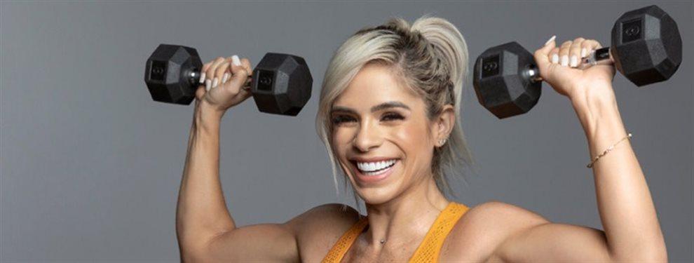 La deportista fitness Michelle Lewin pasa la aspiradora mientras baila y con un atuendo que deja a la vista el cuerpo excesivamente tonificado que tiene
